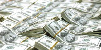 Juros caem e dólar sobe ao maior patamar em 20 dias